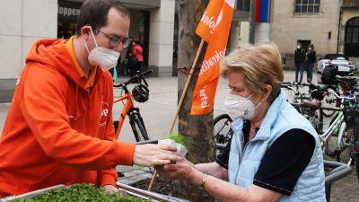 Det ekologiska partiet ÖDP delar ut kryddväxter till möjliga väljare