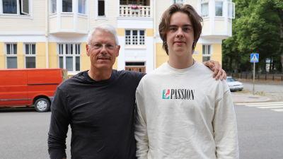 Pappa Klaus och sonen Kasimir på biskopsgatan i Åbo.