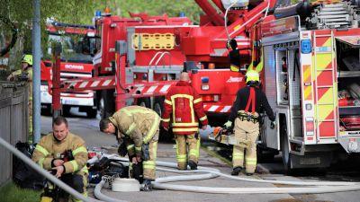 Brandmän jobbar vid en olycksplats.