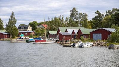 Båtar och hus vid Pyttis Fagerö fiskarby.