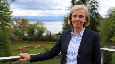 Professor Ursula Münch utanför sitt kontor med sjön Starnberger See i bakgrunden