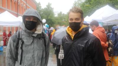 Jyry Laaksonen och Jussi Brummer på gamla stortorget i Åbo. Regnigt väder.