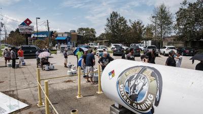 Människor köar för att köpa gas till grillar och utekök då elen låg nere i nästan hela delstaten Louisiana efter stormen Ida.