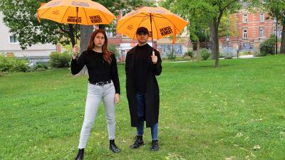 Rifka Lambrecht och Arnjo Zittig spänner upp två paraplyer som hör till de ungas valkampanj.