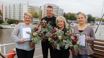 På bilden årets positivaste Åbobo Maisku Holmström, och Nådendals positivaste Mirja Kujala, Rimitos positivaste Kaisa Suovanenoch Tps ischockeytränare Raimo Helminen fick ett hedersomnämnande.