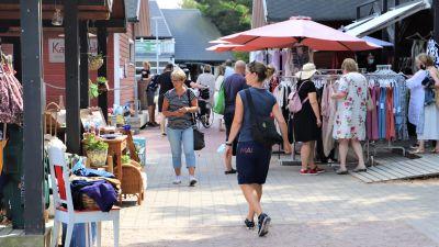De röda strandbodarna i Nagu gästhamn en livlig lördag i juli.