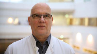 Esa Rintala står inne i Åbo universitetssjukhus.