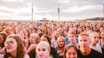 Yleisö Ed Sheeranin keikalla Helsingissä heinäkuussa 2019.