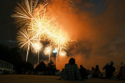 Människor sitter och tittar på fyrverkerier i Washington D.C. den 4 juli 2021.