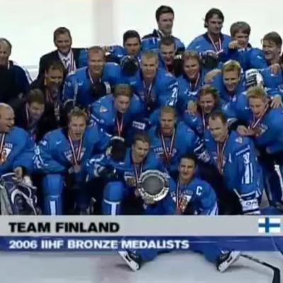 Suomen jääkiekkomaajoukkue yhteiskuvassa voitettuaan pronssia