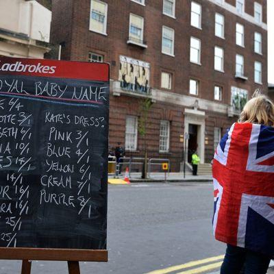 Lontoolaisen St. Maryn sairaalan edustalle on asetettu vedonlyöntitaulu, jossa kuninkaalliset fanit veikkaavat syntyvälle lapselle nimeä.