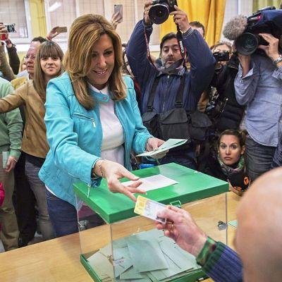 Sosialistipuoluetta edustava autonomiahallituksen pääministeri Susana Diaz äänestämässä Sevillassa, Espanjassa sunnuntaina 22. maaliskuuta.