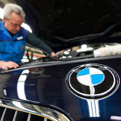 Asentaja työssään BMW:n Dingolfingin tehtaalla Saksassa.