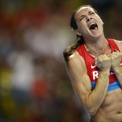 Venäjän Jelena Isinbajeva tuulettaa raivokkaasti voittoaan Moskovan MM-kisoissa.