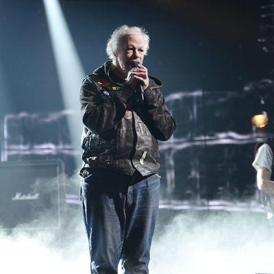 Pertti Kurikan Nimipäivät esittää kappaleensa Aina mun pitää Uuden Musiikin Kilpailun (UMK) ensimmäisen karsinnan kenraaliharjoituksessa Helsingissä 7. helmikuuta 2015.
