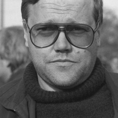 Nimikirjoitusten metsästäjä Eki-setä Helsingin Kaivopuistossa 1985, päällä lainaus hänen Bob Dylan -muistelmastaan.