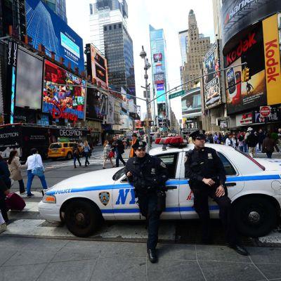 Poliisit vartioivat New Yorkin Times Squarea 16. huhtikuuta.