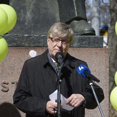 Keskustan puoluesihteeri Timo Laaninen puhui keskustan vapputilaisuudessa Kyösti Kallion patsaalla Helsingissä vappupäivänä 1. toukokuuta.