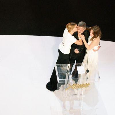 Näyttelijä Lea Seydoux suuteli ohjaaja Abdellatif Kechichea, jonka elokuva La vie d`Adele voitti Kultaisen palmun. Ohjaajan oikealla on elokuvan toista pääosaa esittävä Adele Exarchopoulos.