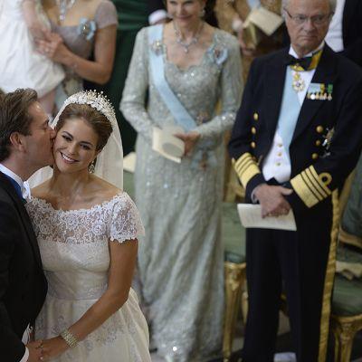 Chris O'Neill suutelee prinsessa Madeleinea poskelle vihkimisen jälkeen.