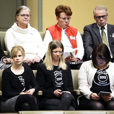 Yleisöä Tahdon 2013 -kampanjan t-paidoissa eduskunnassa Helsingissä torstaina 20. helmikuuta.