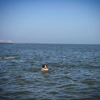 Nuori pari syleilee Mustassa meressä, Ukrainan kaakkoisrannikolla 18. toukokuuta.