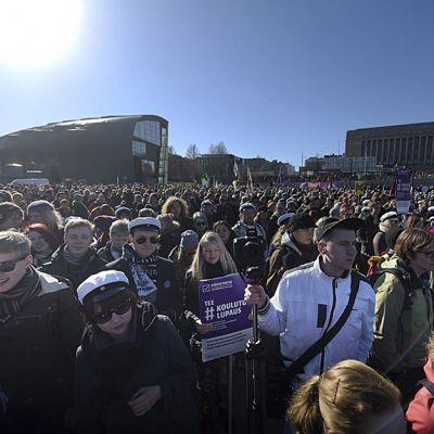 Opintotukileikkausten vastainen mielenosoitus eduskuntatalon edessä Kansalaistorilla Helsingissä 13. maaliskuuta 2015.