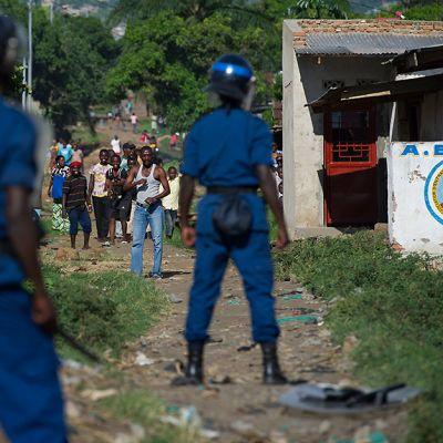 Poliisi valmistautuu kohtaamaan mielenosoittajat Bujumburan kaupungissa 5. toukokuuta.