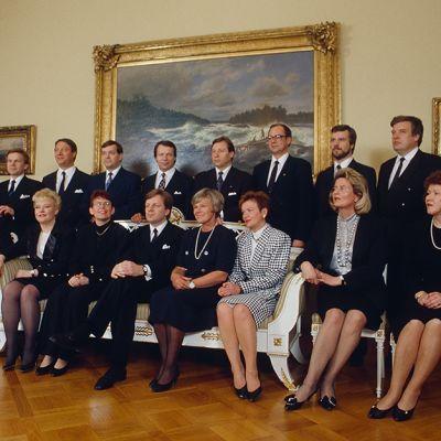 Esko Ahon hallitus ryhmäkuvassa valtioneuvoston juhlahuoneistossa 26.huhtikuuta 1991.