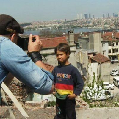 Esa Ylijääskö kuvaa Istanbulissa lasta.