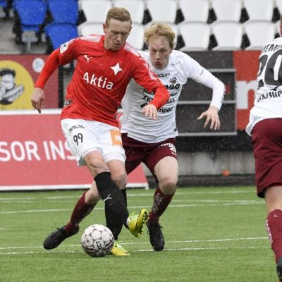 HIFK:n Mikael Forssell (vas.) ja JJK:n Severi Vielma sekä Samu Nieminen.