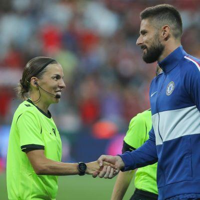 Stephanie Frappart ja Chelsean Olivier Giroud kättelevät kuvassa
