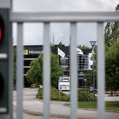 Ohjelmistoyhtiö Microsoftin tehtaalla Salossa portti on kiinni ja punainen liikennevalo palaa portin vierellä.