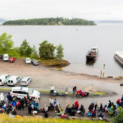 Nuoret odottavat MS Thorbjoern lautan vievän heidät Utøyan saarelle.
