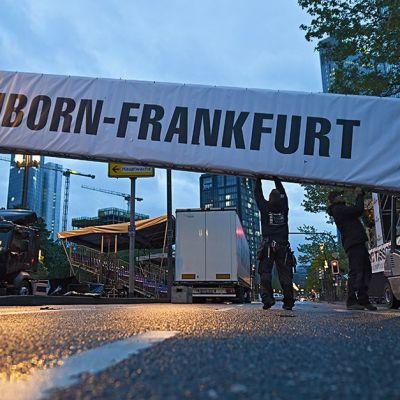 Työntekijät siirtävät Eschborn-Frankfurt -pyöräkilpailun maalialueen isoja rakennelmia Frankfurtissa 30. huhtikuuta.
