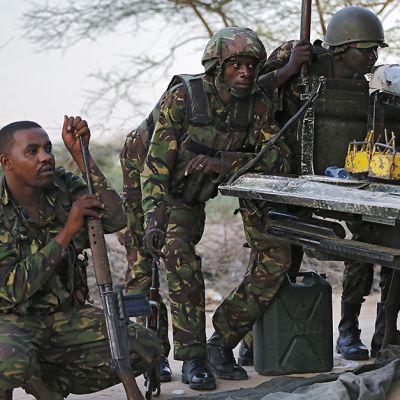 Kenialaiset sotilaat suojautuvat kovan asetulen jatkuessa lähellä Garissan yliopistoa 2. huhtikuuta 2015.