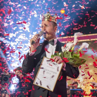 Kyösti Mäkimattila kruunattiin tangokuninkaaksi Seinäjoen Tangomarkkinoilla 13. heinäkuuta.