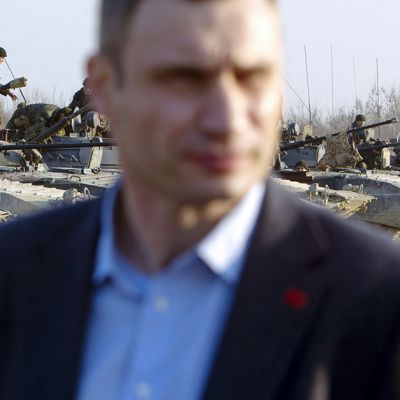 14. maaliskuuta julkaistussa valokuvassa Vitali Klytško seurasi Ukrainan armeijan harjoituksia Zhytomirissa.