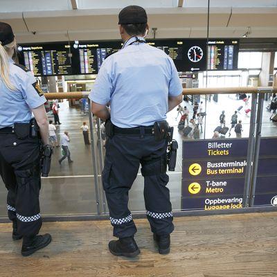 Poliisi partioi Oslon päärautatieasemalla 25. heinäkuuta.