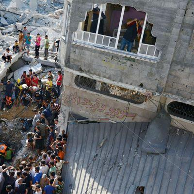 Mies siivosi asuntoaan (oik.) ja pelastustyöntekijät yrittivät pelastaa Al-Qassamin -moskeijan pommituksessa loukkaantuneita ihmisiä Nuseiratissa, Gazassa, 9. elokuuta.