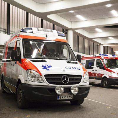 Pitkät etäisyydet peruspalveluiden kuten terveydenhoidon ja koulun pariin asettaa monet syrjäkuntien asukkaat epätasa-arvoiseen asemaan, sanoo tutkija Pauli Rautiainen. Valokuvassa on ambulansseja Helsingin Meilahden sairaalassa lokakuussa 2014.