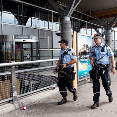 Aseistautuneita poliiseja Oslon lentokentällä 24. heinäkuuta.