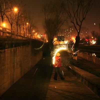 Poika juhlisti lyhtyjuhlaa Pekingissä 24. helmikuuta.