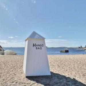 Solen skiner på sandstranden i Hangö sommaren 2019.