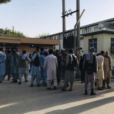 Folkmassa samlad nära platsen för bombdådet som riktade sig mot en moské i Kunduz.