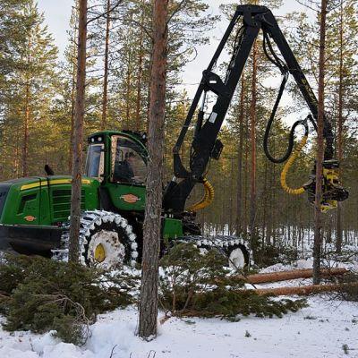 Monitoimikone metsänhoitotöissä.