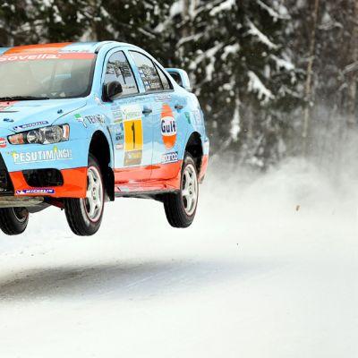 Juha Salo hyppää autollaan Itärallissa
