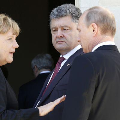Venäjän presidentti Vladimir Putin tapasi pikaisesti Ukrainan vastavalitun presidentin Petro Porošenkon Normandian maihinnousun 70-vuotismuistojuhlien kulisseissa. Vasemmalla Saksan liittokansleri Angela Merkel.