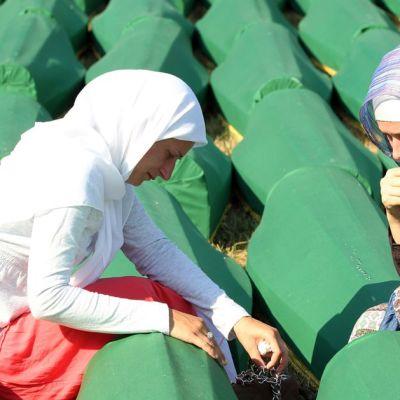 Bosnialaisia musliminaisia Srebrenican joukkotuhon 17. vuosipäivänä Potocarin hautausmaalla.