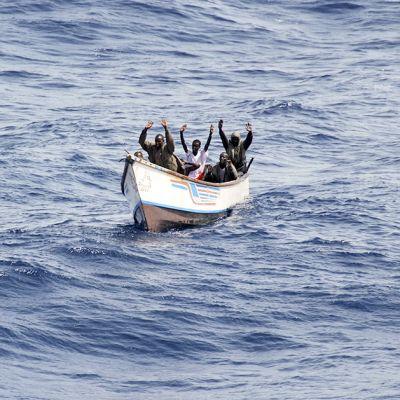 Epäiltyjä merirosvoja Somalian rannikolla vuonna 2009.